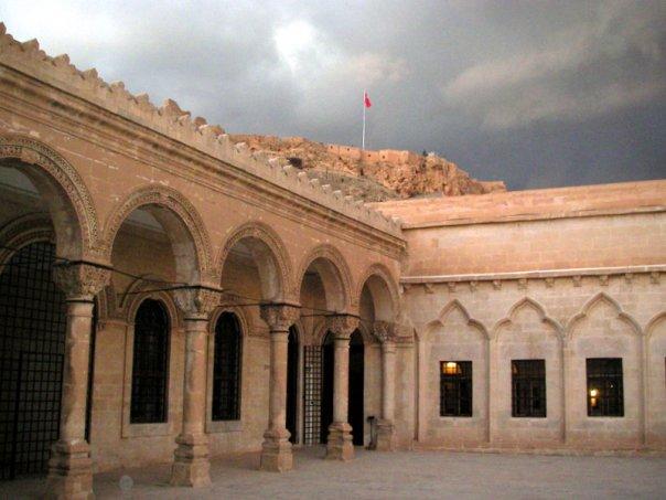 Mardin müzesi ve arka tepede kurulu Mardin kalesi