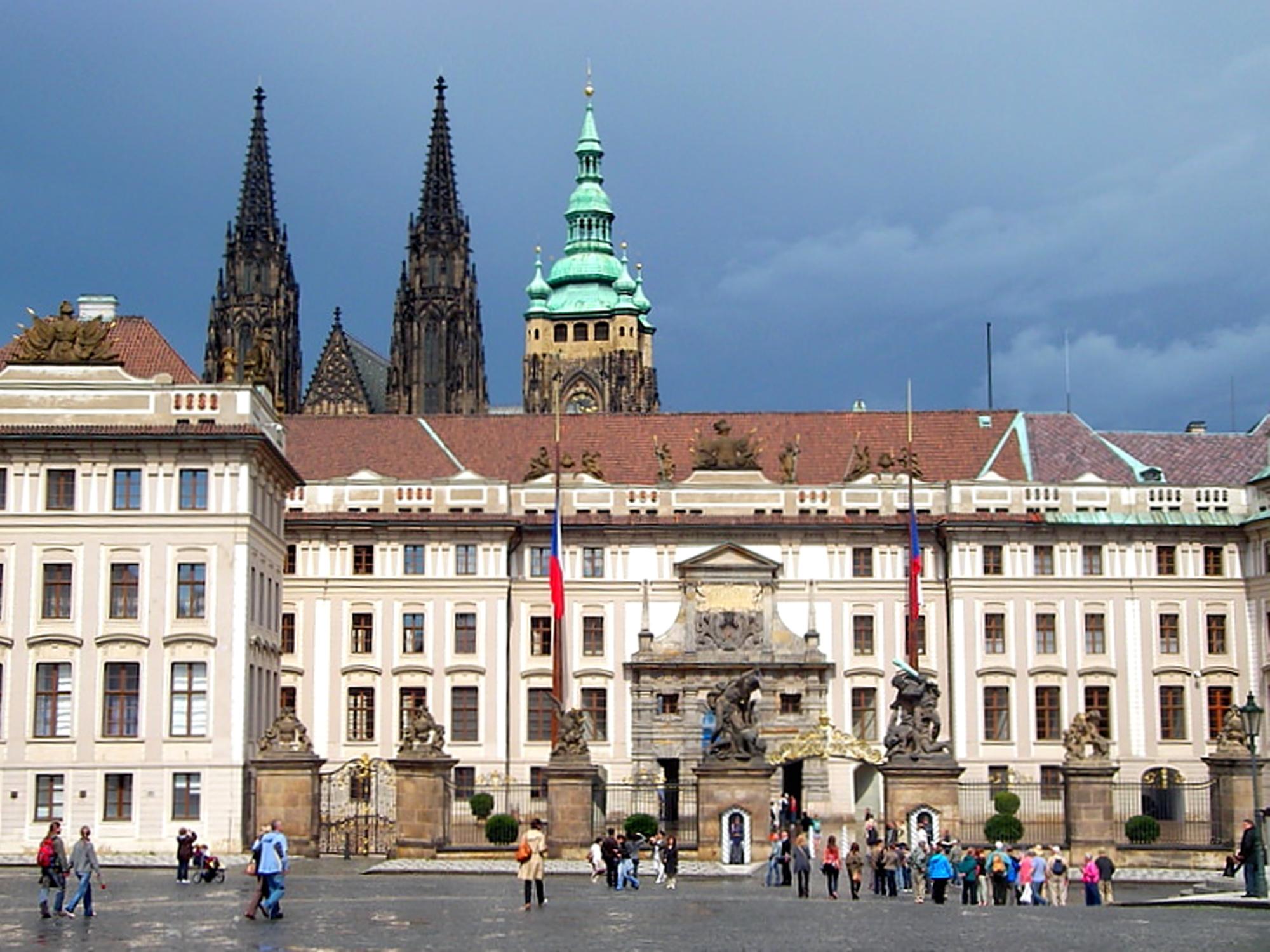 Prag kalesi ve kale içi mahallesi dış avlusu kapısı ve Aziz Vitus Katedrali (1344)