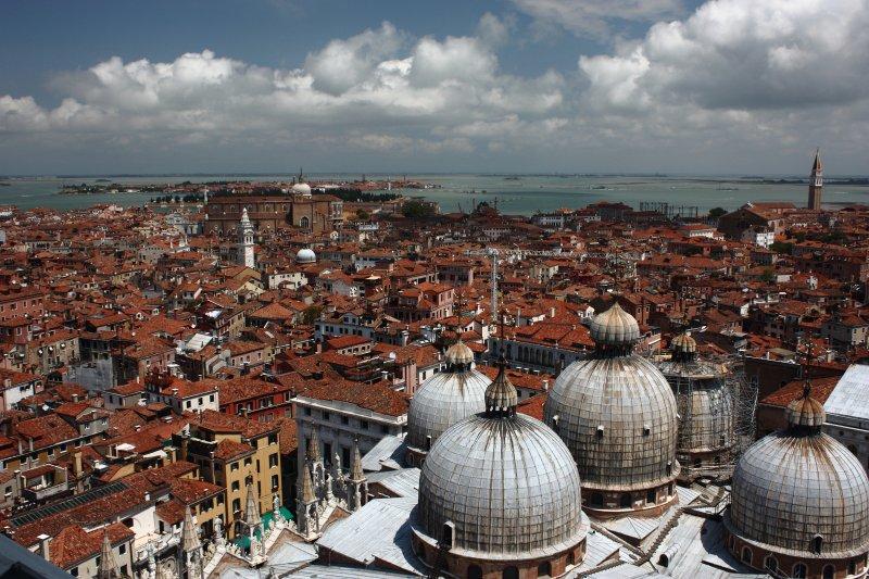 Çan kulesinden San Marco bazilikası ve Venedik çatıları