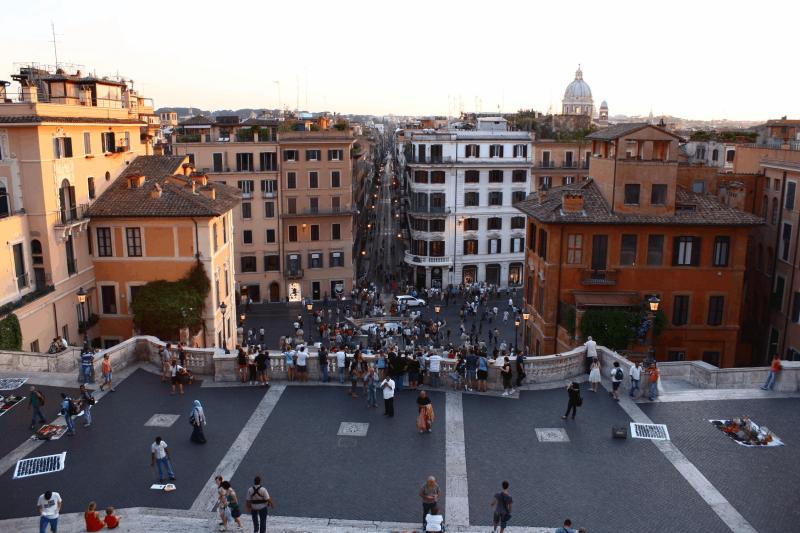 Trinita dei Monti terası ve İspanyol meydanı (Piazza di Spagna)