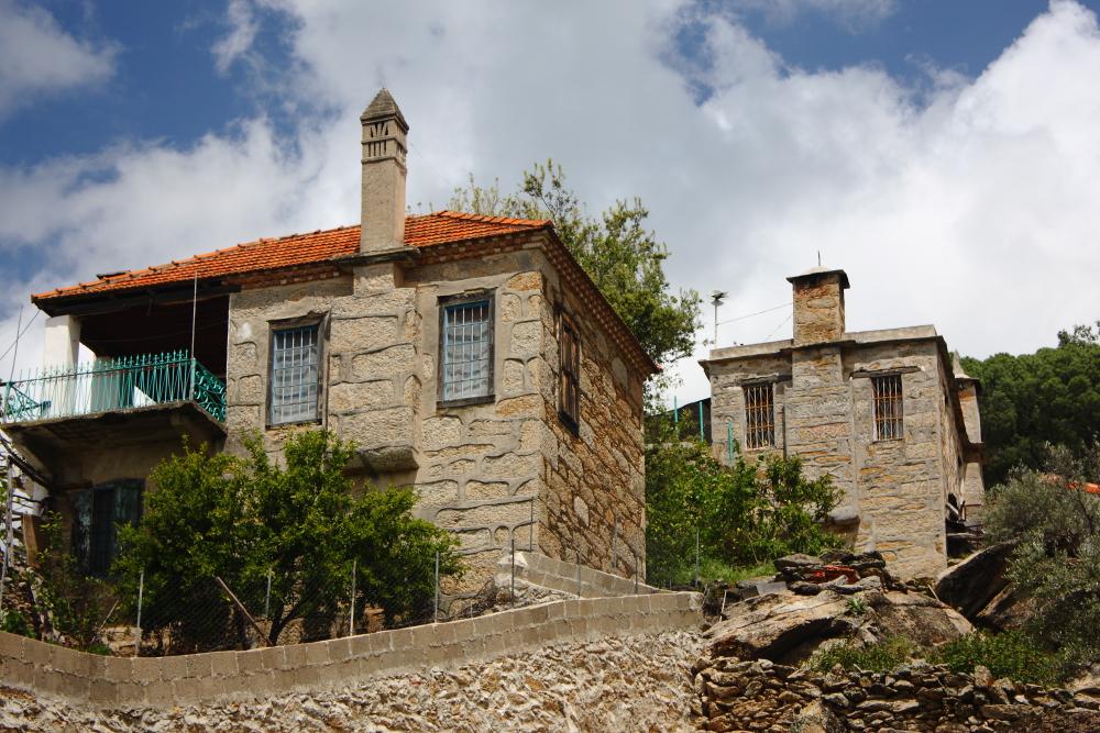 Çomakdağ'ın taş evleri ve bacaları