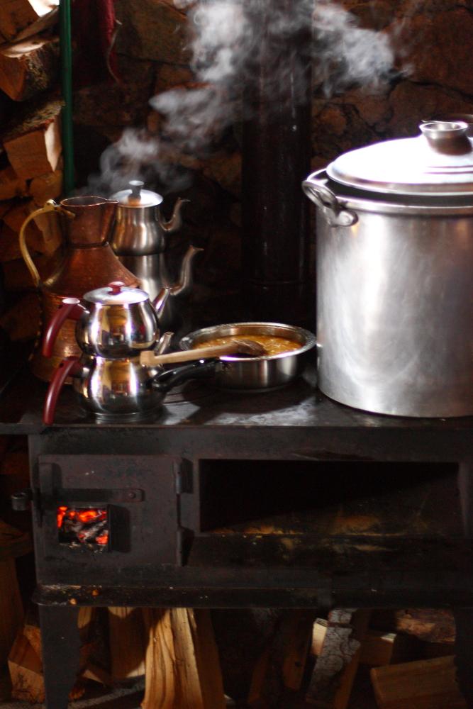 Kuzine üstünde muhlama pişiyor ve çay kaynıyor