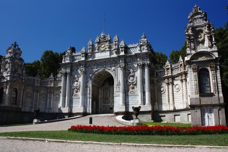 Dolmabahçe Sarayı - caddeye açılan Hazine kapısı