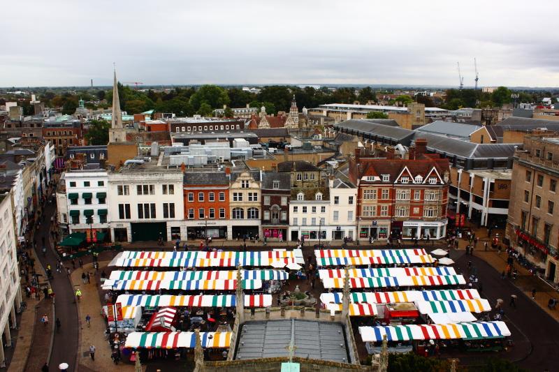 St Great Mary kilise kulesinden pazar yeri ve Cambridge manzarası