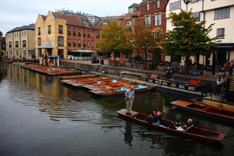 Cam nehri boyunca geziler düzenlenen tekneler (punt)