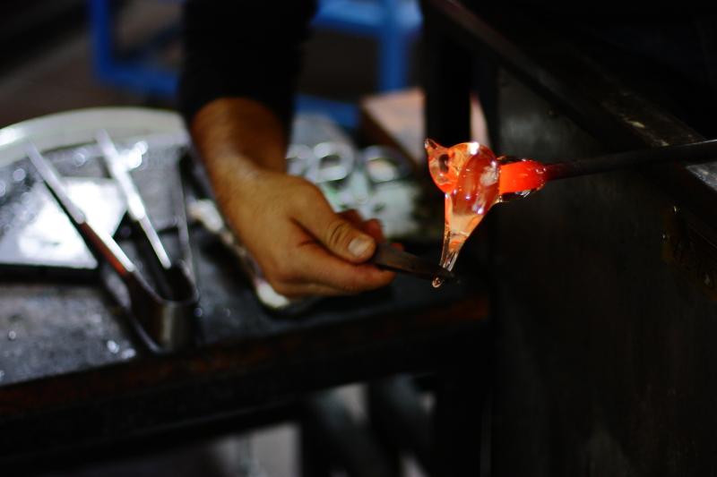 Cam ustası, geleneksel sıcak cam tekniği ile çok kısa sürede kor halindeki cama kuş şekli veriyor.