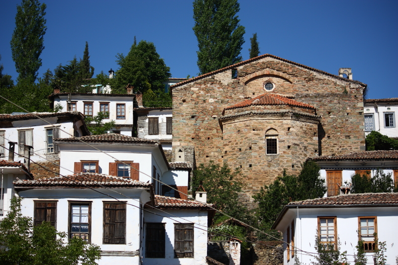 Şirince'nin beyaz badanalı evleri ve kilise