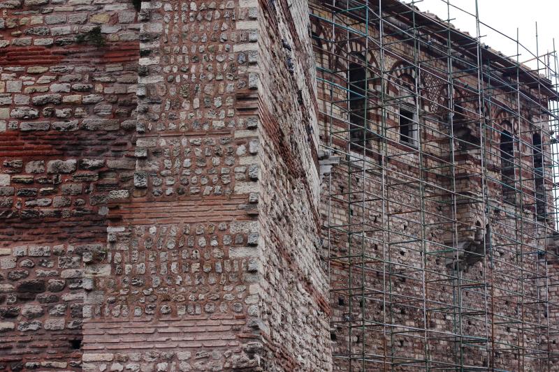 Tekfur Sarayı kalıntıları ve Bizans imparatorunun halkı selamladığı balkon