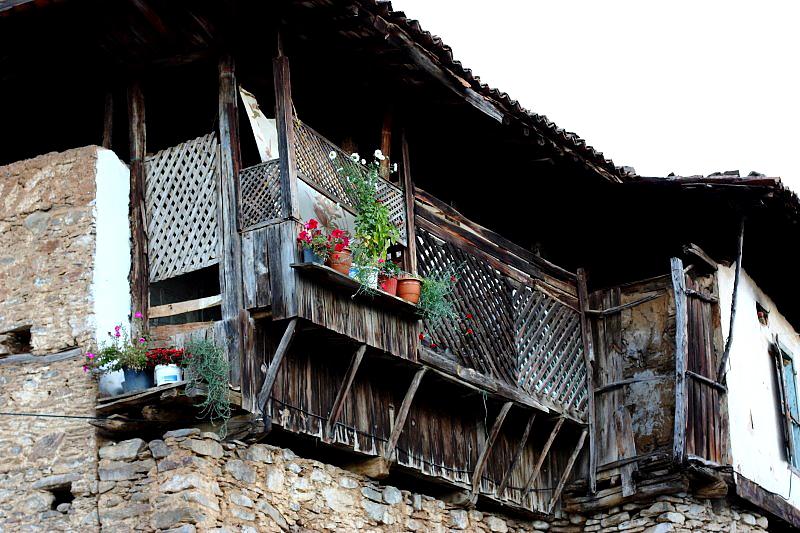 Sokaklarda dolaşırken geleneksel evlerin mimarisi de ilgimi çekiyor. Özellikle balkonları, balkonlardaki korkulukları, panjurlarında işçilik görülmeye değer.