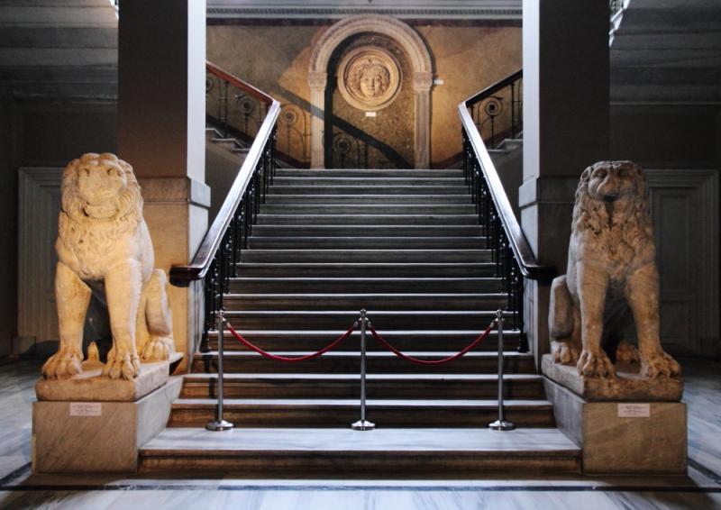Bukoleon Sarayı'nın balkonunda iki mermer aslan nöbet tutar.