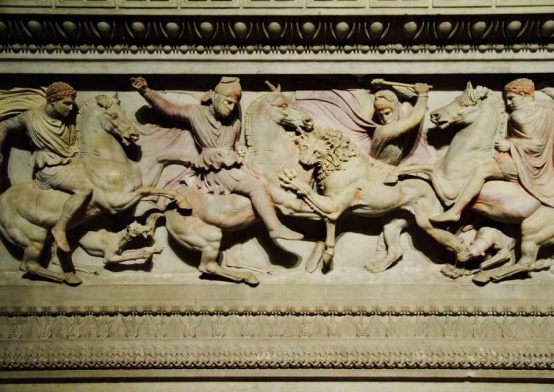 İskender Lahdi ön yüzünde canlandırılan savaş sahnesi detayları
