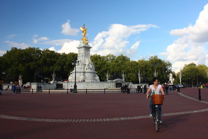 Kraliçe'nin ikamet ettiği Buckingham Sarayı'nın hemen önündeki bahçe ve en uzun süre tahtta kalmış Kraliçe Victoria'nın heykeli