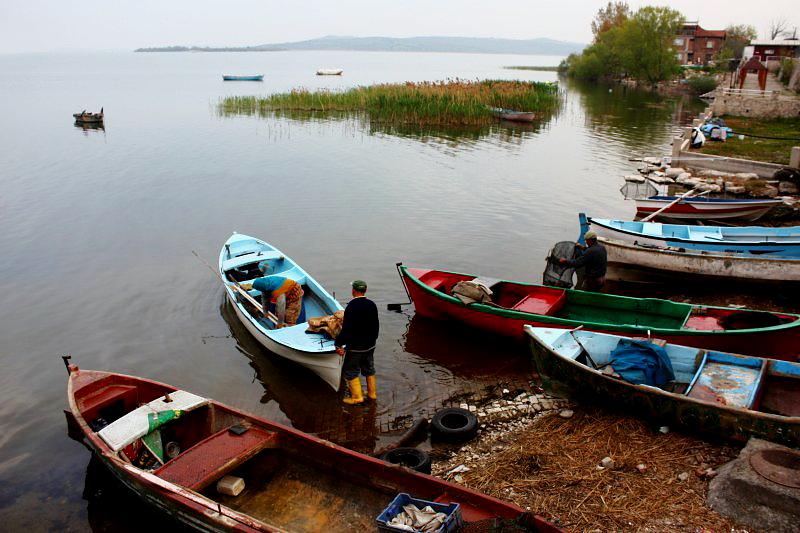 Gölyazı'da balıkçılar gün doğarken göle açılıyor
