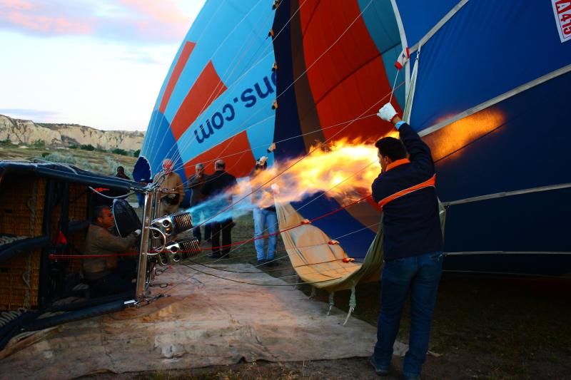 pilotumuz az sonra havalanacağımız balonu sıcak hava ile şişiriyor