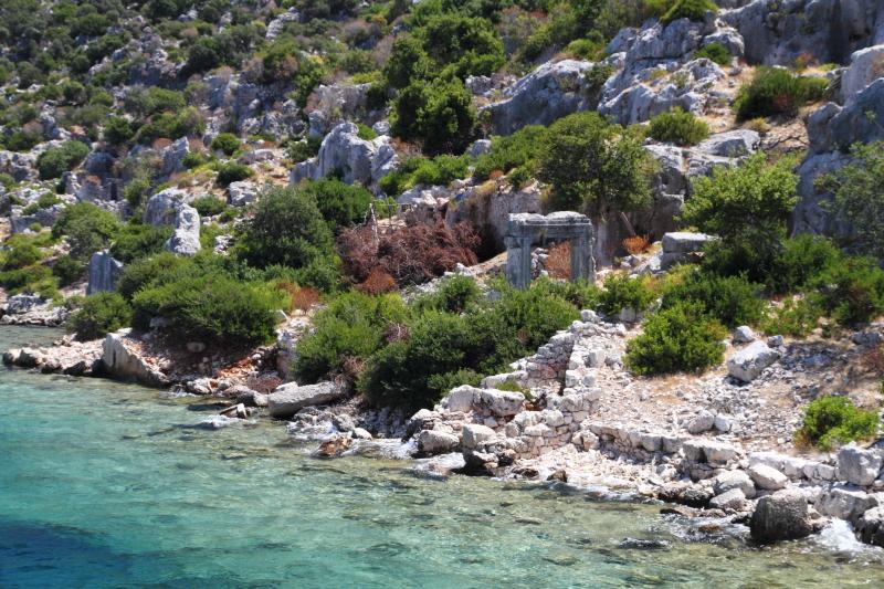 Likya antik şehri kalıntıları ve Akdeniz mavisi