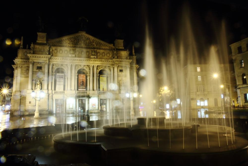 Opera Meydanı'nda yağmurlu bir akşam