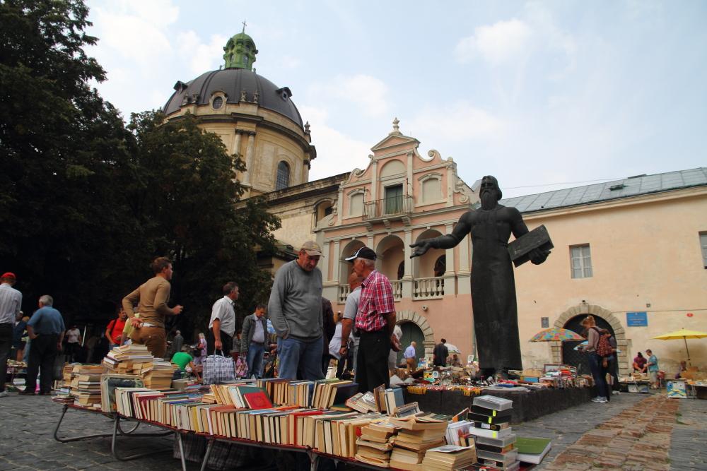 Gun Powder Kilisesi önündeki ikinci el pazarı