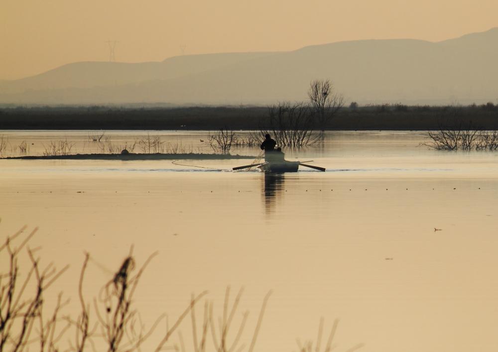 Obruk baraj gölünde gün batımı balıkçıları