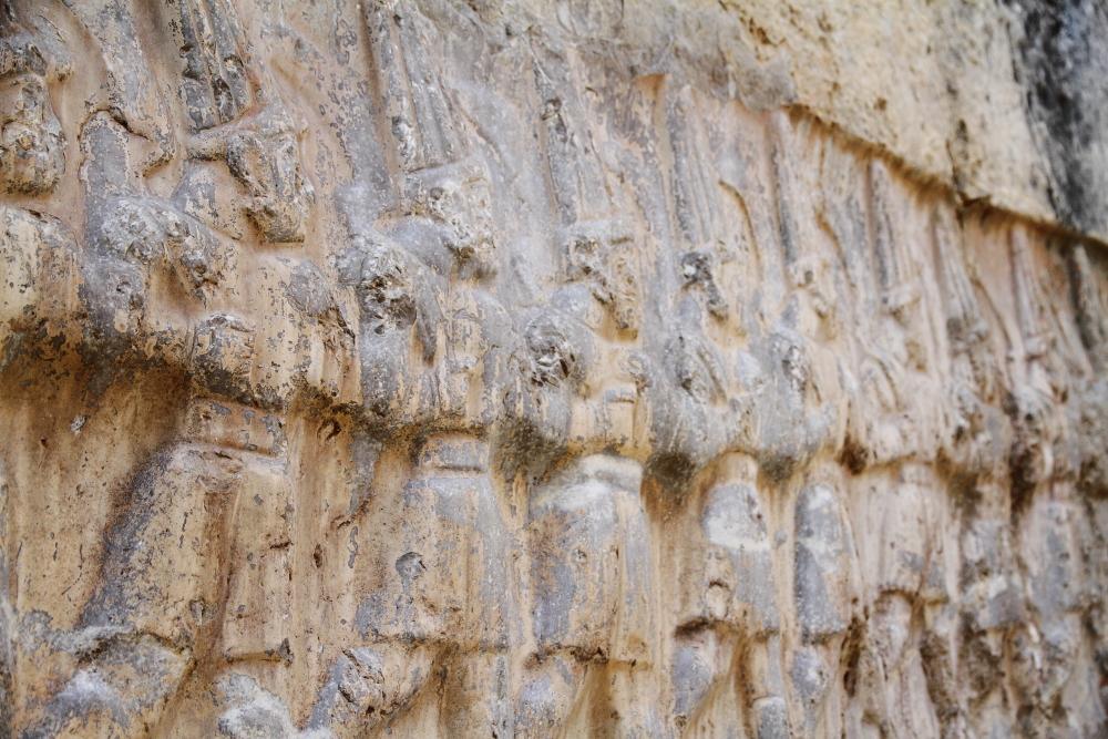 Yazılıkaya tapınağı: Oniki Cehennem Tanrısının kafile halinde yürüyüşleri (Oda B)