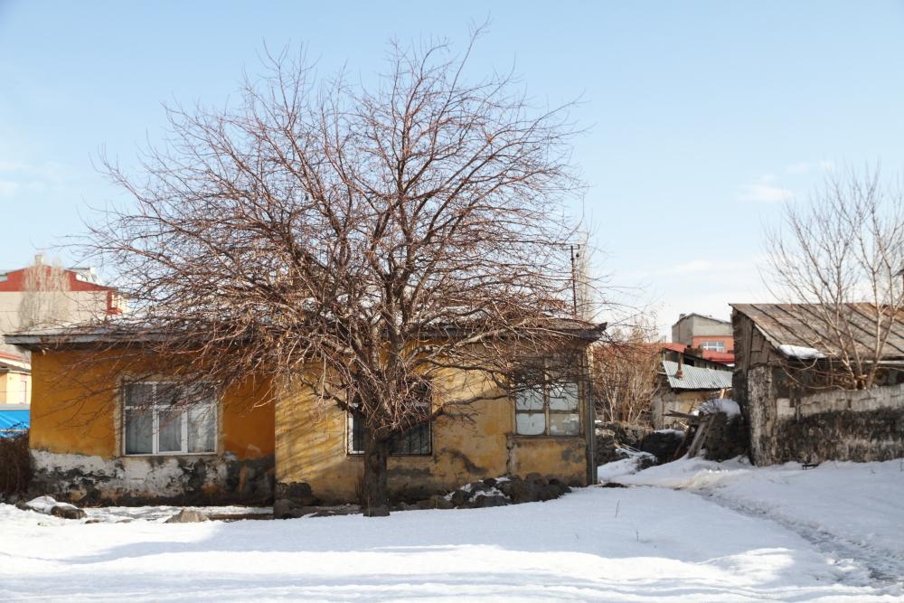 İsmail Aytemiz Caddesine çıkan bir ara sokaktaki eski evler