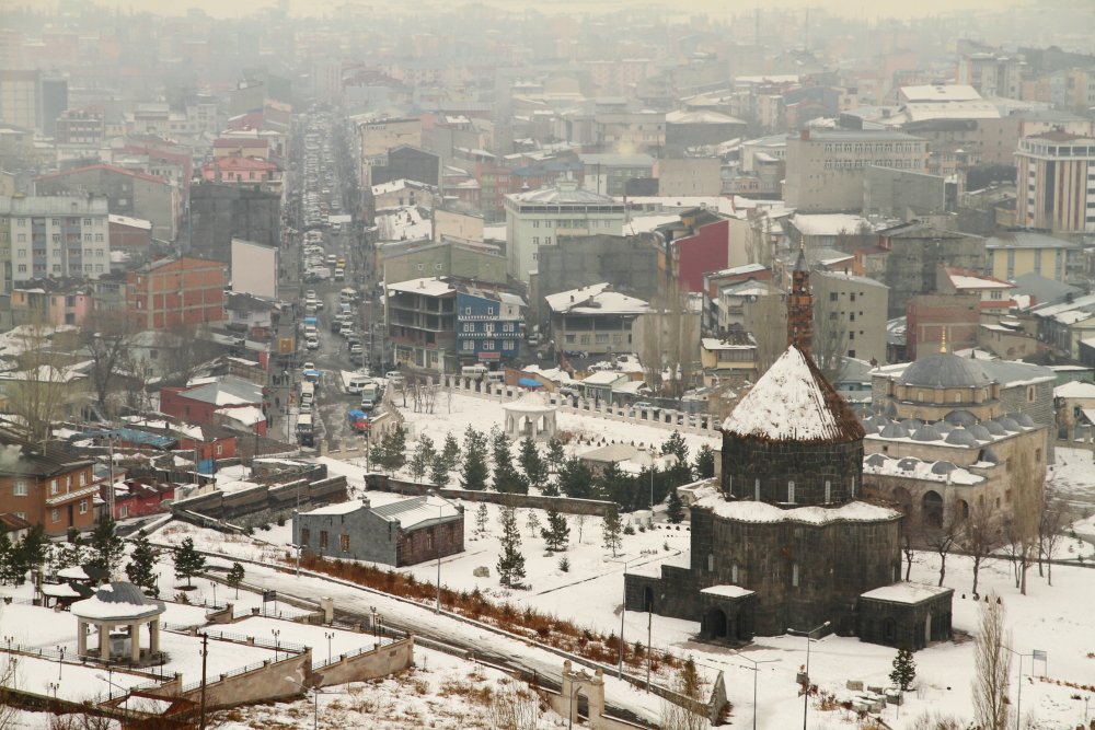 Kars Kalesi'nden şehir manzarası: Kümbet Cami, Evliya Cami, Kale Burcu ve Kazımpaşa Caddesi