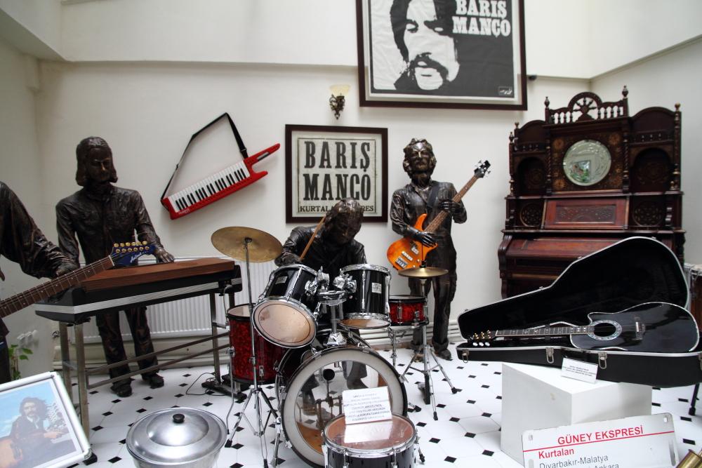 Barış Manço'nun turnelerinde kullanılan enstrümanları da müze ev de sergilenmekte