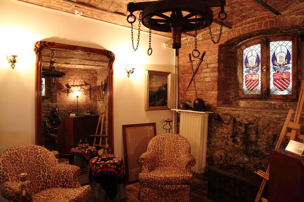 Belçika Kraliyet ailesi tarafından 1992'de şövalye ilan edilmiş Manço, evinin alt katındaki bir odayı da orijinal mimarisine göre restore ettirmiş ve şövalye eşyaları ile dekore etmiş