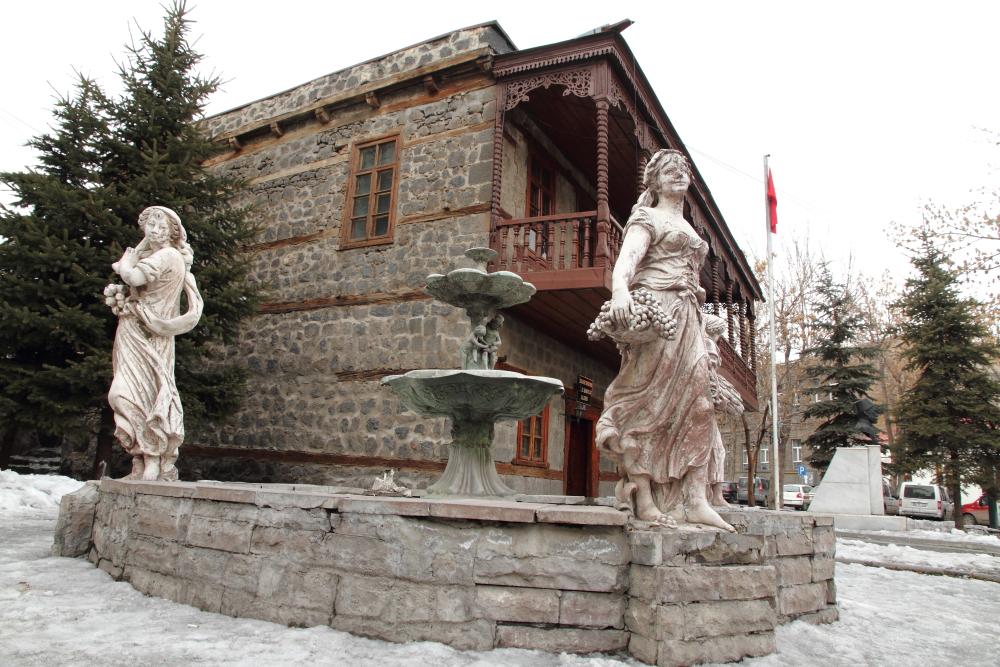 Gazi Ahmet Muhtar Paşa Konağı ve Dört Mevsim heykeli