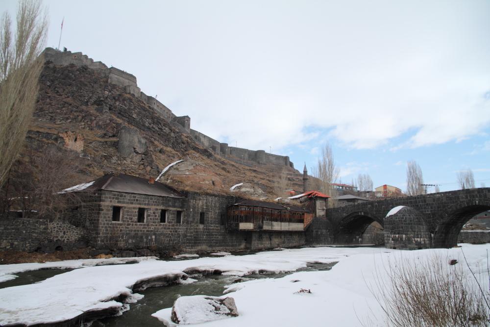 Kars Çayı üzerinden Kale, taş köprü ve ahşap balkonlu Muradiye Hamamı