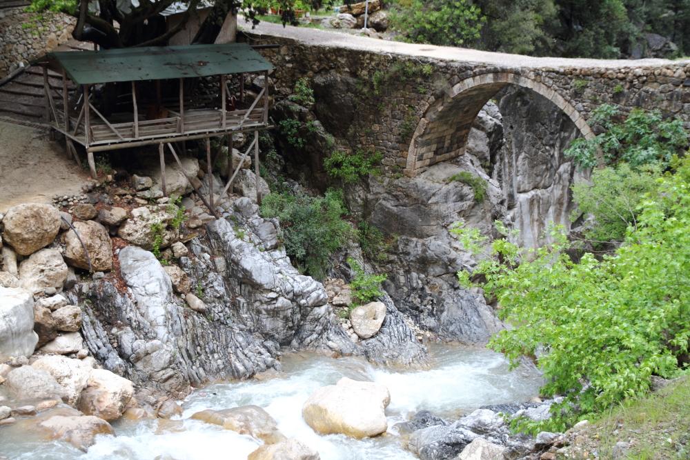 Kesmeboğaz geçiti ve tarihi tas köprüsü