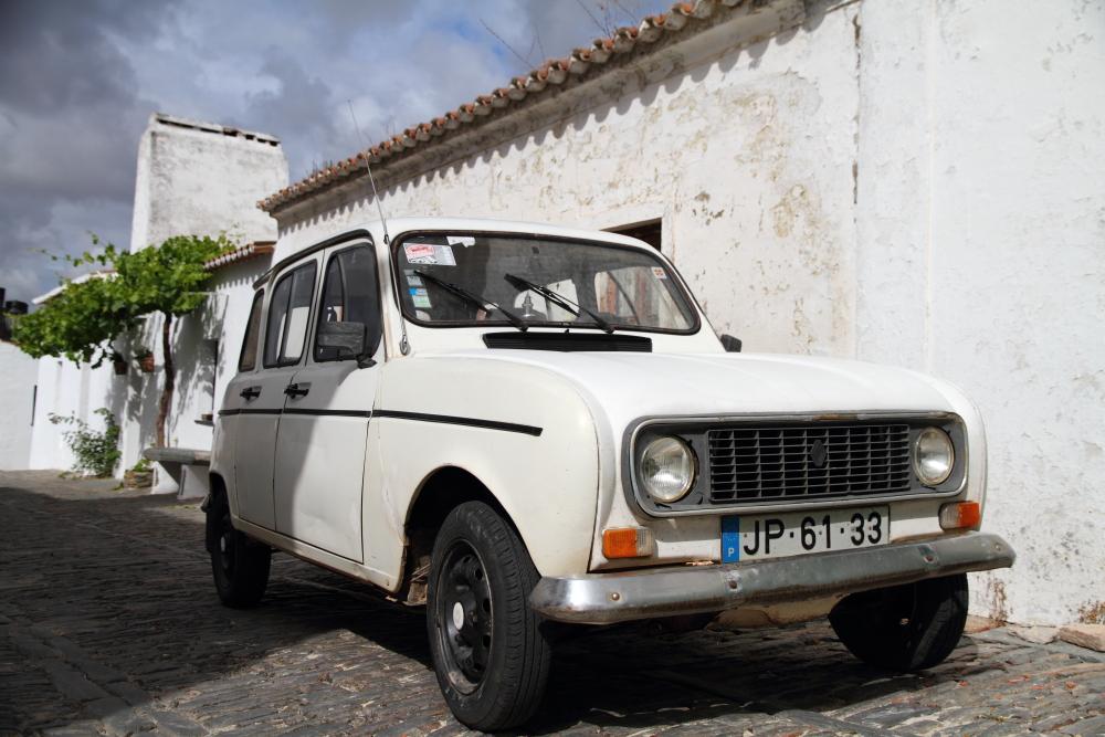 Monzares sokakları: Renault G4 1961-92 arasında sekiz milyon üretilmiş ve Portekiz'de de montajı yapılmış Fransız otomobile sokaklarda sıklıkla rastlıyoruz. Bizdeki kuş serisi gibi demek ki!