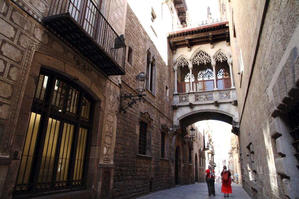 Katedralin yan sokağındaki geçit