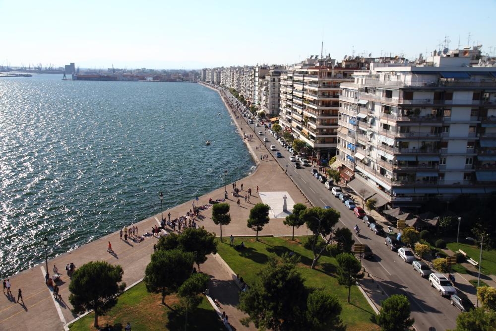 Beyaz Kule'den Nikis sahil yolu manzarası