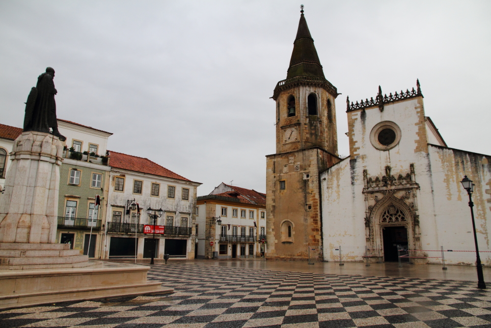 şehir meydanındaki tarihi kilise (Igreja de São João Baptista) ve saat kulesi