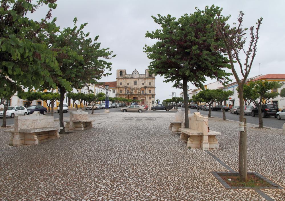 Vila Viçosa meydanındaki mermer banklar