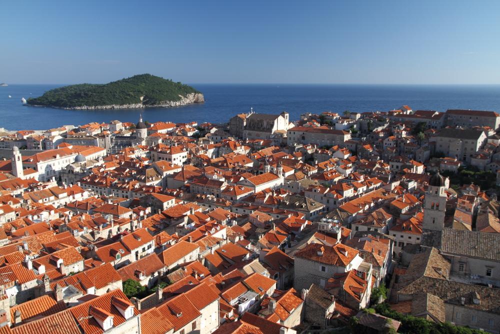 Dubrovnik surlarından kale içi ve Lokrum adası manzarası