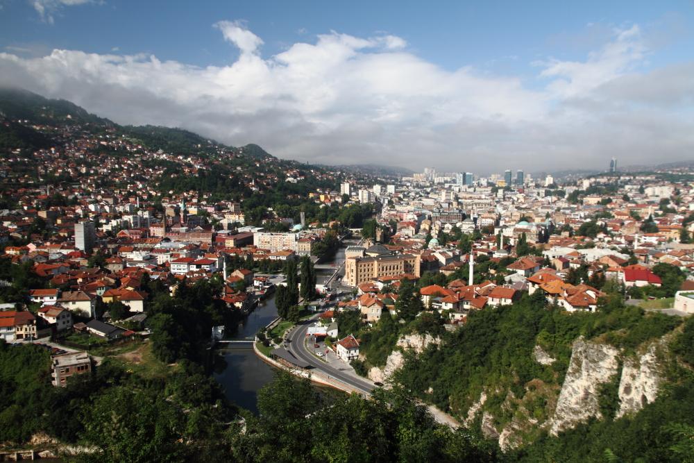 Sarı Burç tabyasından sabah ışığında Sarajevo manzarası