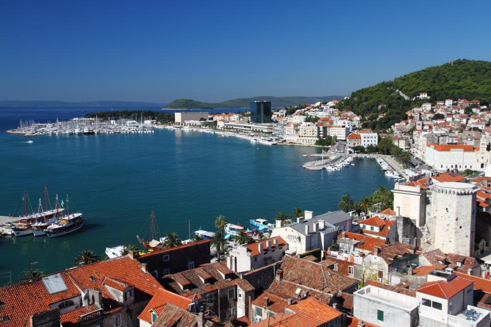 Katedral çan kulesinden Split manzarası; eski şehir, yeni şehir, sahil yolu Riva ve Marjan tepesi