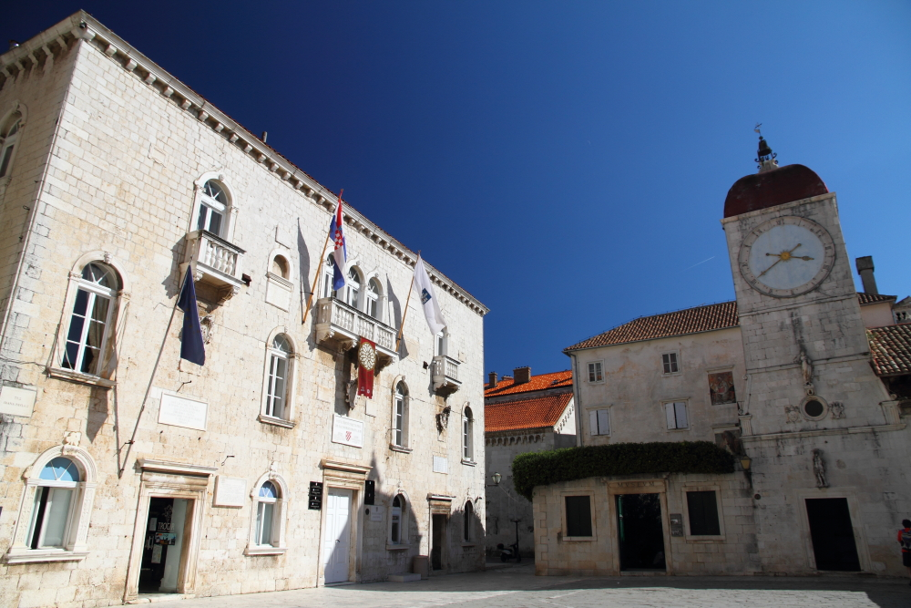 Trogir, St John Meydanı ve tarihi saat kulesi (15. yy)