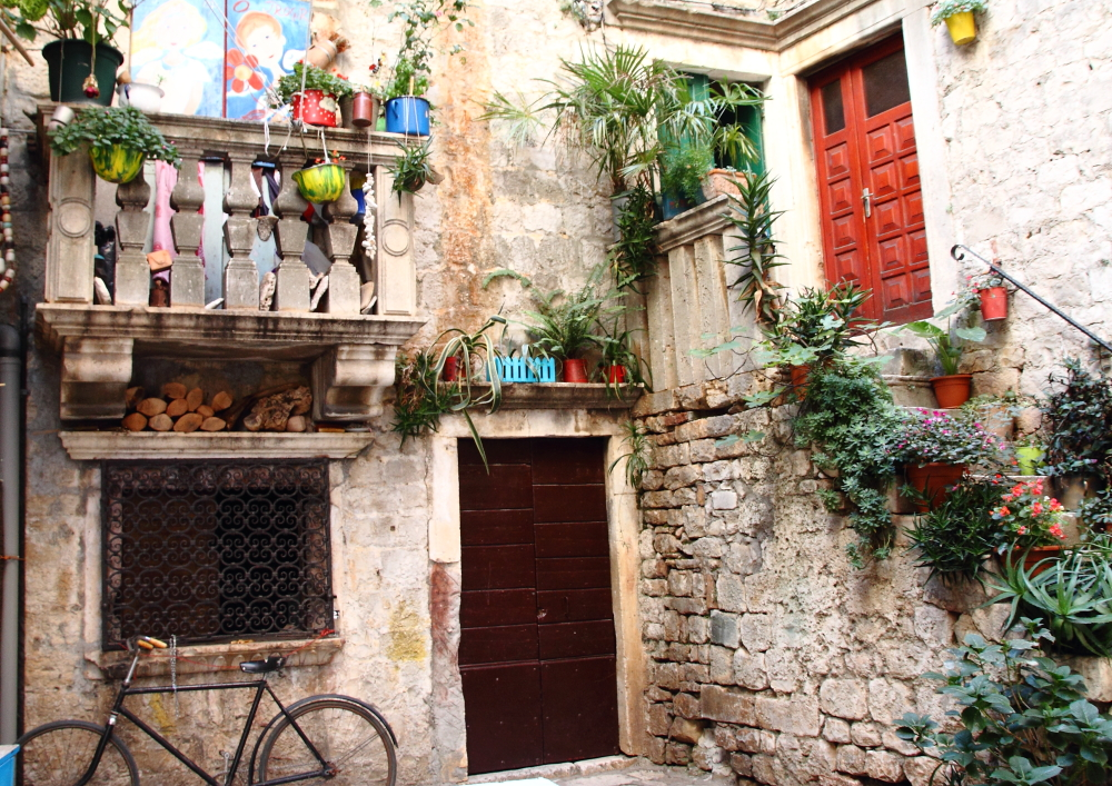 Trogir'in taş sokakları ve renkli pencereleri