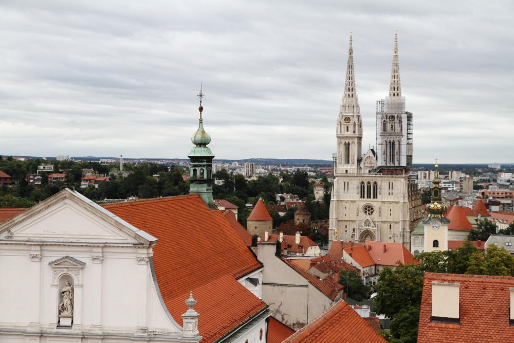 Zagreb Lotrsçak Kulesi'nden Katedral ve çevreleyen surların manzarası