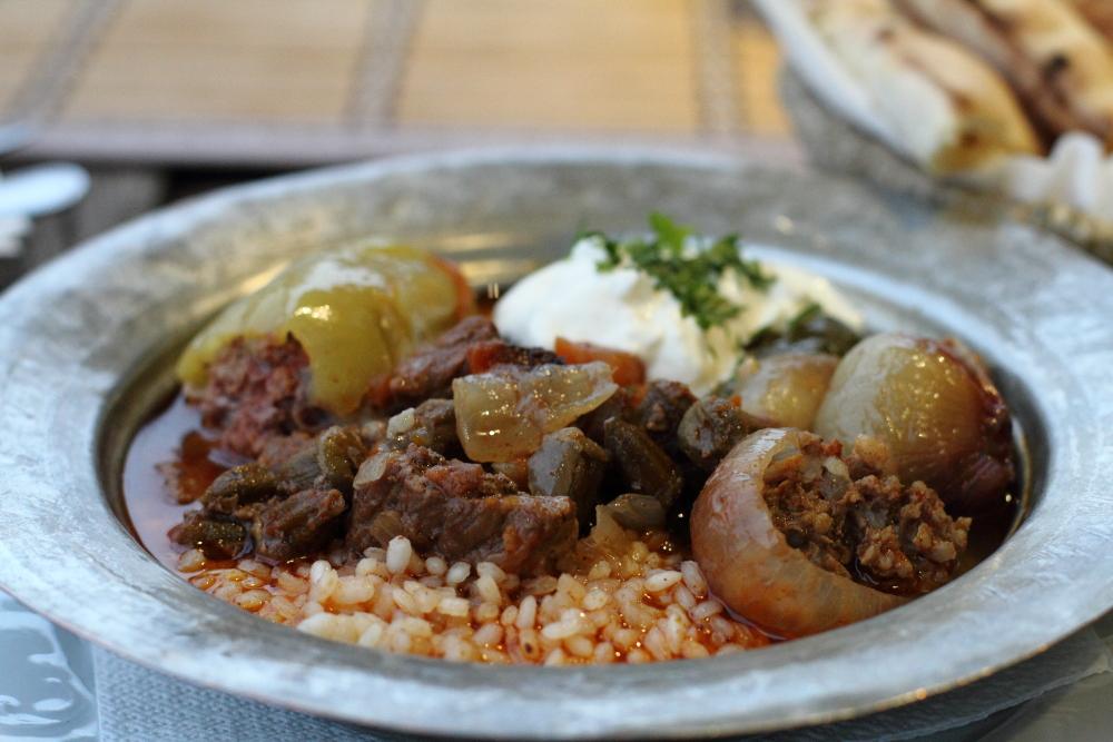 Inat Kuca'da ortaya karışık tabak (Sarajevski Sahan) pek lezzetli!