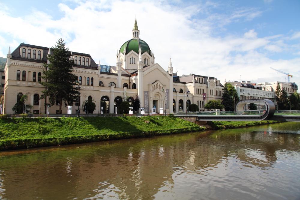 Saraybosna Güzel Sanatlar Akademisi ve köprüsü