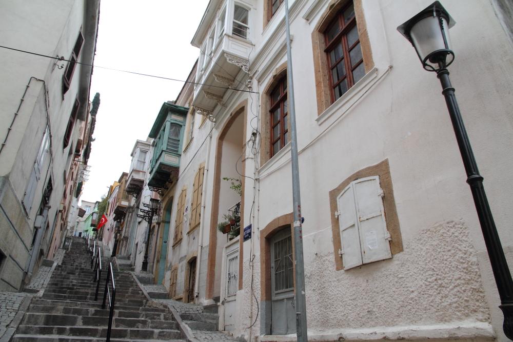 İsmet İnönü Sokağı ve tarihi İzmir konakları