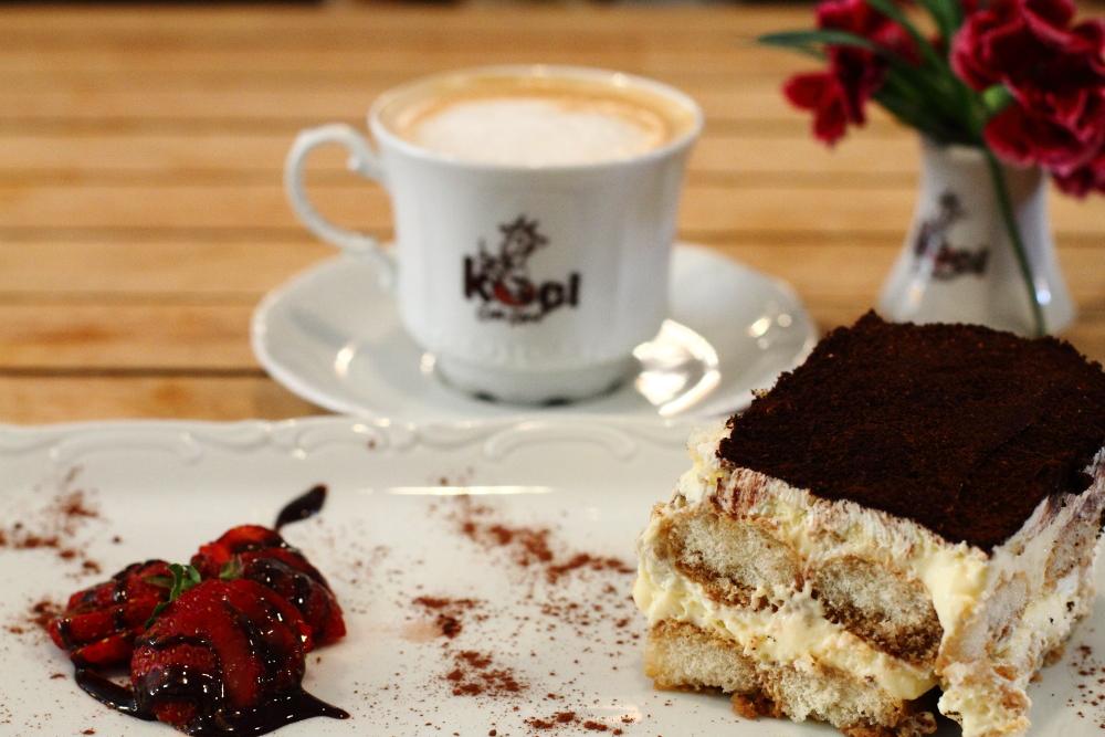 Keçi Cafe'de tiramisu ve kahve önerilir!