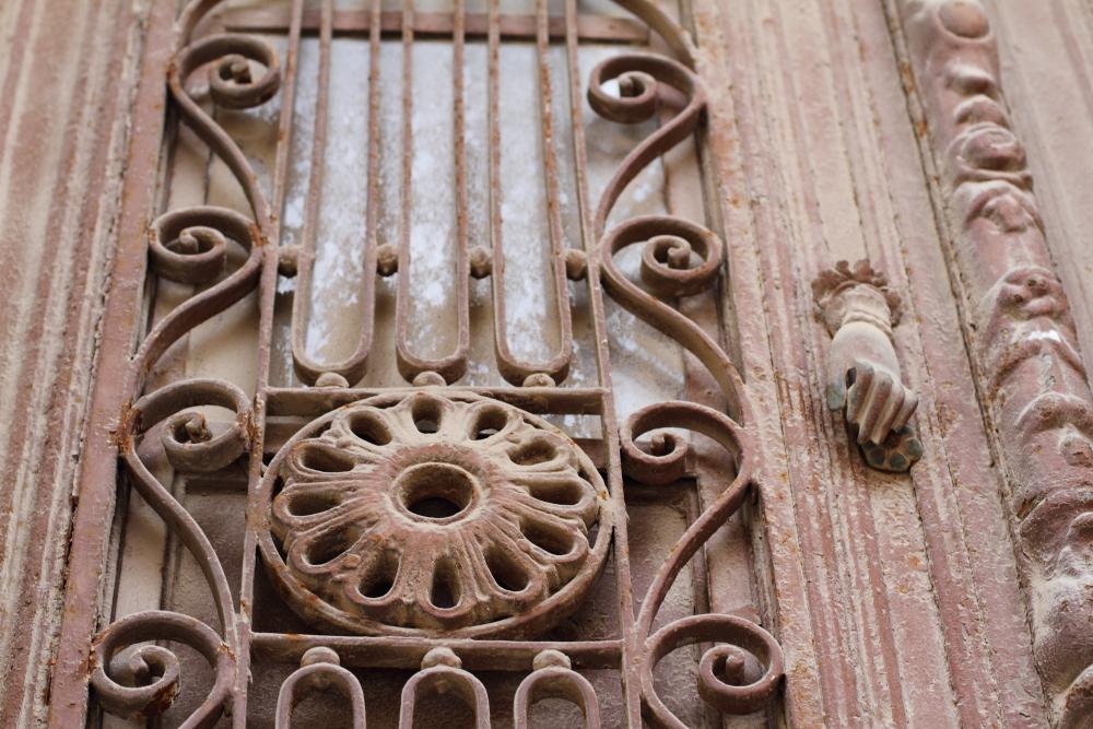 Urla'nın tarihi taş konaklarının kapıları ve tokmakları ev sahibinden misafire ipuçları taşır