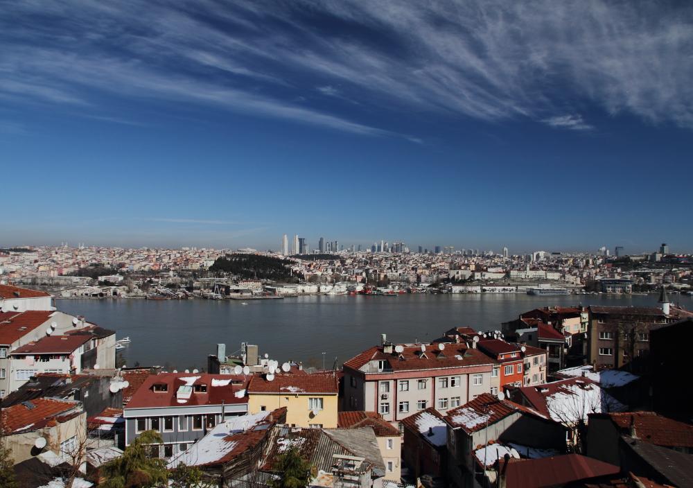 Yavuz Selim tepesinden İstanbul manzarası: mahalle, Haliç ve gökdelenler
