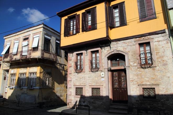 eski İzmir yolu; bugünkü adı ile 13 Nisan Caddesi ve tarihi Ayvalık evleri