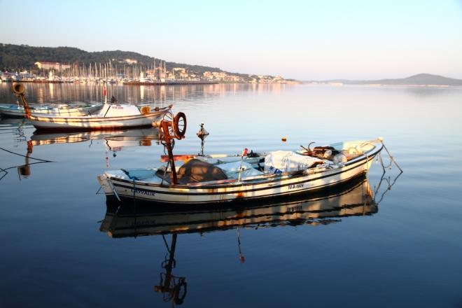 Ayvalık sahilini ve çarşaf gibi serilmiş serin Ege denizini yeni günün ilk ışıkları aydınlatıyor