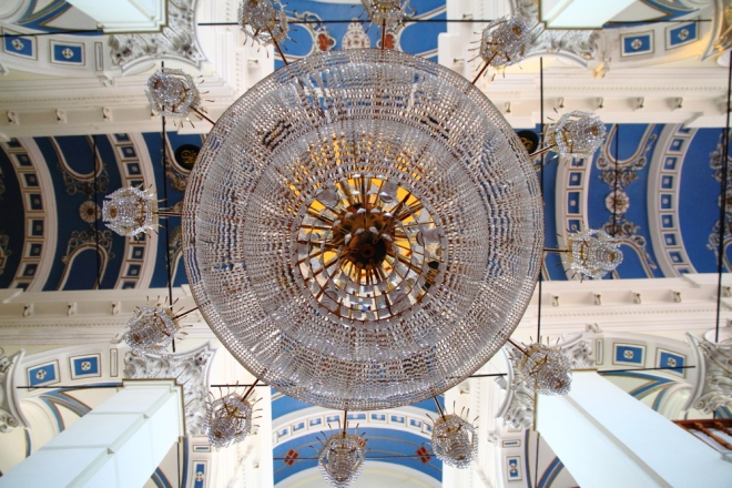 Çınarlı Camii'nin kubbesi ve avizesi görülmeye değer!